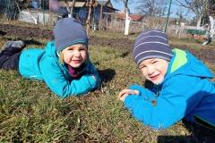 Děti a první jarní květiny